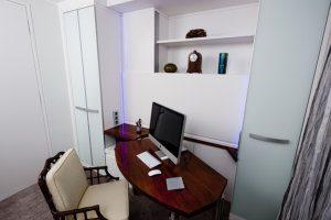 Wandschrank mit eingebautem Schreibtisch