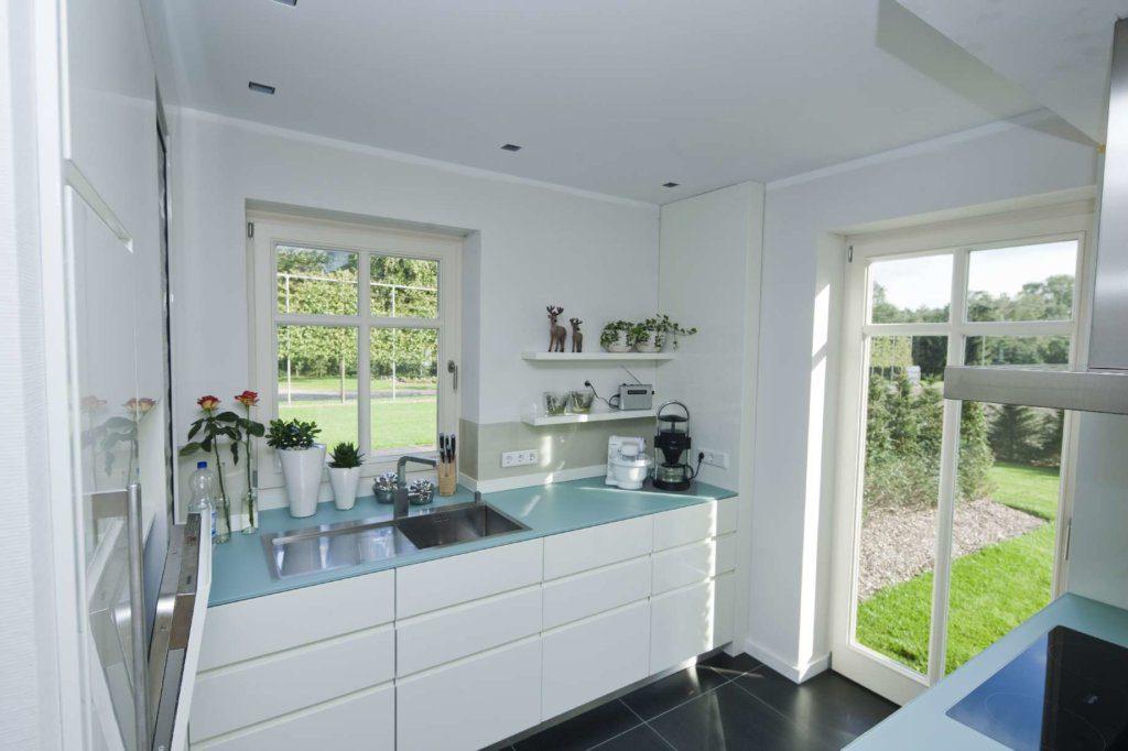 Einbauküche mit bodentiefem Fenster
