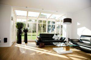 großes Wohnzimmer mit Glasfront und Glasdach