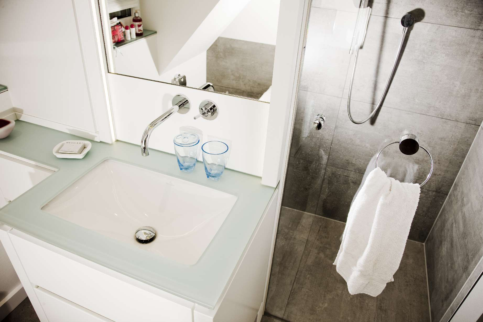eingebauter Waschtisch und Duschkabine