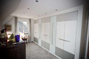 Master Schlafzimmer mit eingebautem Kleiderschrank