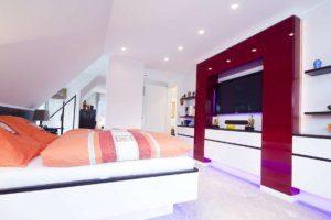 Schlafzimmer mit Wandschrank und integrierter Beleuchtung