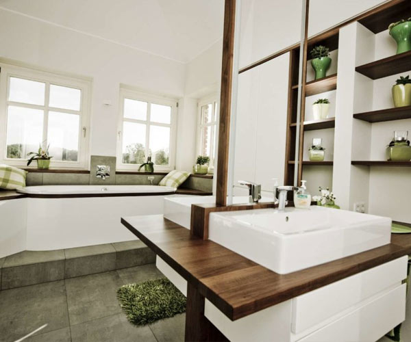 lichtdurchflutetes Badezimmer mit eingebauter Badewanne