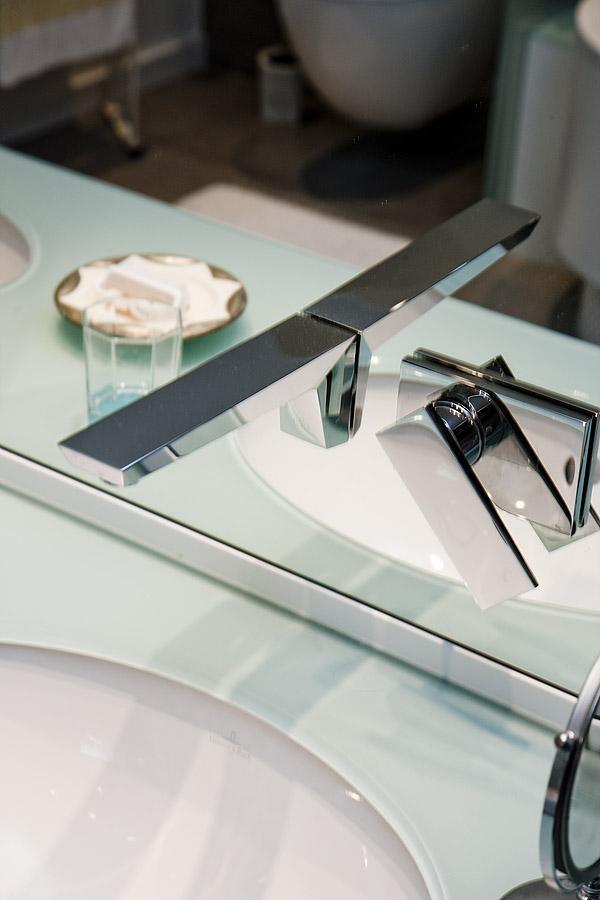 Badezimmer Spiegelwand mit integriertem Wasserhahn