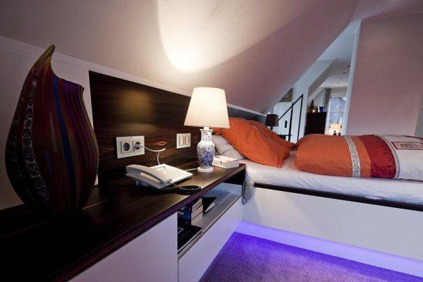 Schlafzimmer Bett mit Sideboard