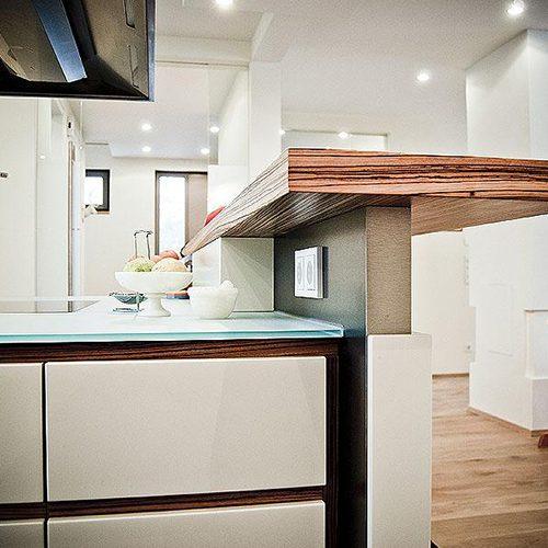 Küche mit modernem Thresen