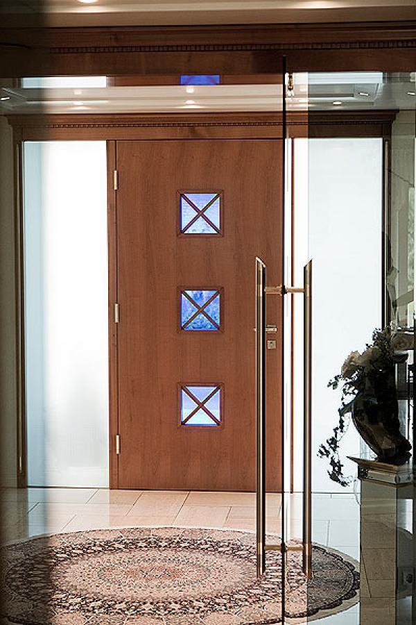 Haustür aus Holz mit Fenster