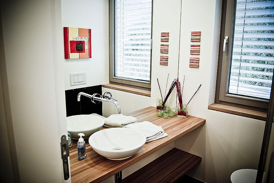 Badezimmer mit Waschtisch und Regal